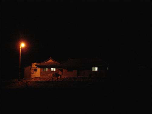 작은 불빛과 파도소리를 따라 달리다 만난 집