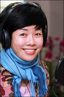 """교체설 논란 끝에 다시 마이크를 잡은 MBC 라디오 시사프로그램 '김미화의 세계는 그리고 우리는'의 진행자 김미화씨는 24일 오마이뉴스와의 인터뷰에서 """"솔직히 방송 하면서 며칠간 많이 울었다""""고 그간의 소회를 털어놓았다."""