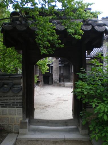 노락당의 뒤편 일각문 노락당의 뒤꼍에서 서쪽으로 난 문