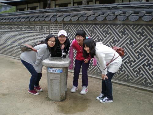 운현궁의 담장 아름다운 담장 앞에서 물을 마시는 아이들