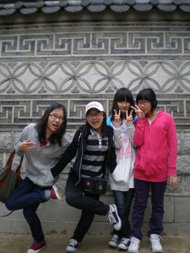 운현궁의 꽃담 꽃담장 앞의 꽆처럼 예쁜 아이들
