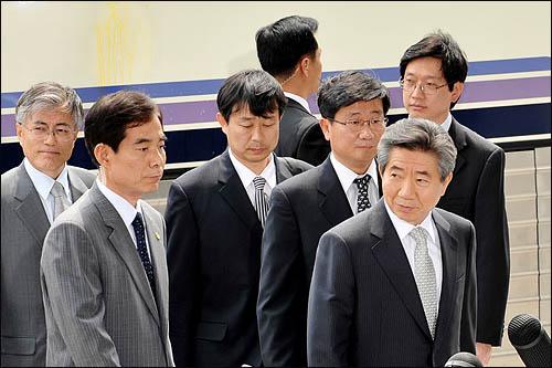 30일 오후 서울 서초구 대검찰청에 도착한 노무현 전 대통령의 뒤편 리무진버스에 보수단체 회원들이 던진 계란세례 자국이 남아 있다.