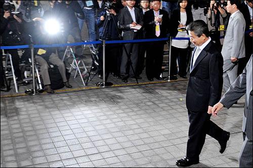 노무현 전 대통령이 1일 새벽 강도높은 검찰 소환 조사를 마친 뒤 서울 서초동 대검찰청을 빠져나가고 있다.