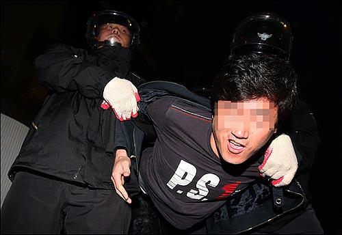 1일 저녁 서울 여의도공원에서 '119주년 세계노동절 범국민대회 조직위원회' 주최로 열린 '민생살리기, 민주주의 살리기, MB정권 심판 범국민대회'를 마친 시민과 학생들이 종로3가 모여 시위를 벌이다가 한 시민이 경찰들에게 강제연행되고 있다.