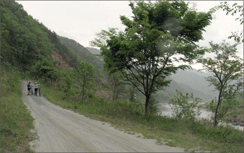 섬진강과 나란히 흐르는 오솔길. '나의문화유산답사기'에서 극찬한 17번 국도의 건너편 길이다.