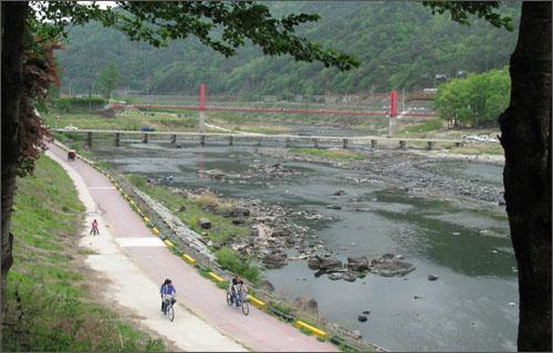 섬진강변 자전거 전용도로. 저만치 보이는 빨강색 다리가 두가현수교다.