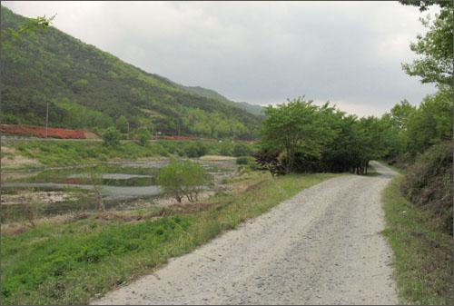 섬진강과 나란히 흐르는 강변길. 걷기여행 코스로 제격이다.