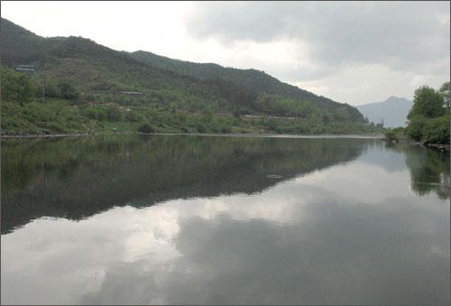 섬진강은 사람은 물론 하늘과 자연까지도 다 품어준다.