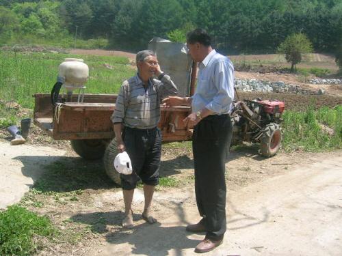 조성근(정 이장협의회장)과 당시 상황을 설명하는 홍승원씨 홍승원 씨는 당시 보초 근무에 늦게 나가는 바람에 목숨을 건질 수 있었다고 회고했다