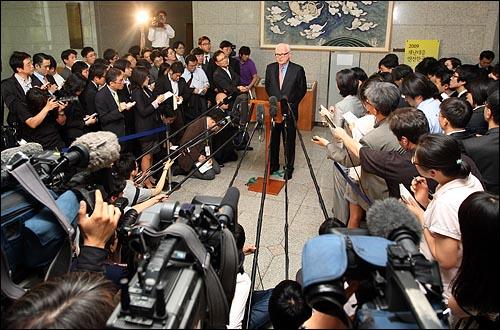 스티븐 보즈워스 미국 대북정책 특별대표가 8일 오후 서울 세종로 외교부청사에서 유명환 외교부 장관을 면담한 뒤 취재기자들의 질문에 답하고 있다.