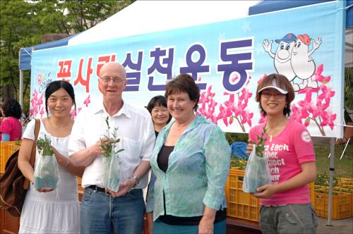 꽃 사랑 경남 거제 일운면사무소에서 펼친 꽃 사랑 실천운동, 꽃을 받고 기뻐하는 외국인(왼쪽에서 두번째 Roger Smith와 세번째 뉴질랜드에서 온 Robyn Rakich씨)
