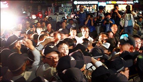도청 진입을 막는 경찰과 격렬한 몸싸움을 벌이고 있는 5.18구속부상자회 회원들.