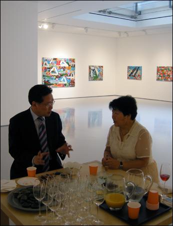 갤러리현대(강남) 지하1층 전시실에서 관객과 대담하는 작가 노은님(오른쪽)