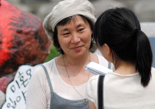 이날 인형 퍼포먼스의 디자이너인 춘천 극단 인형 엄정애 대표. 인형엄마인 그녀는 입양아 엄마(미혼모) 연기를 하며 가슴으로 울었다고 했다.