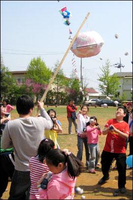 지난 5월 5일 강화 초록마당에서 열린 '제3회 개구리학교'에서 장애아동들이 박 터뜨리기 놀이를 즐기고 있다.