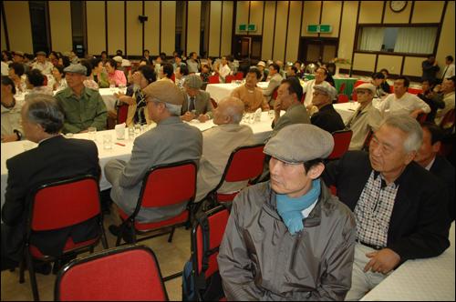 부산지역 민주통일인사 스승의날 추진단이 마련한 스승의날 기념행사가 15일 저녁 부산일보사에서 열렸다.
