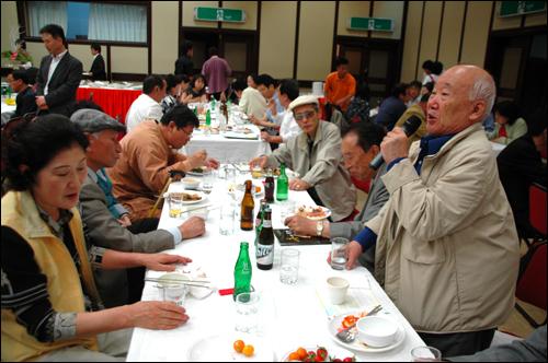 """김동수 박사가 15일 저녁 부산일보사 강당에서 열린 """"부산지역 민주통일인사 스승의 날"""" 행사에 참석해 인사말을 하고 있다."""
