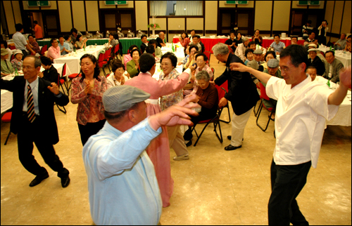부산지역 민주통일 인사 스승의날 추진단이 마련한 기념행사가 15일 저녁 부산일보사 강당에서 열려, 마지막 순서로 대동놀이를 하고 있다.