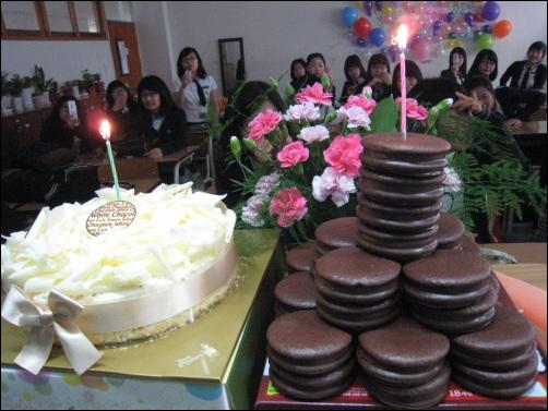 기념식 할때의 케이크 처음엔 케이크가 이렇게 근사했다