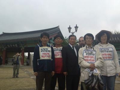 5.18 광주민주화운동 묘역지 입구인 '민주화의 문' 앞에서 고 제정구 의원의 친형님이신 제정호님과 함께(가운데 정장)