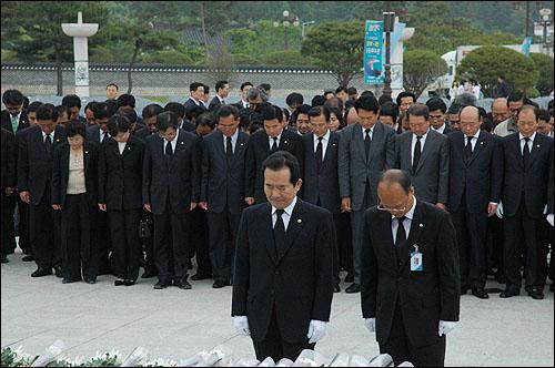 17일 오후 정세균 민주당 대표가 당원들과 함께 광주 망월동 국립묘지를 참배했다.