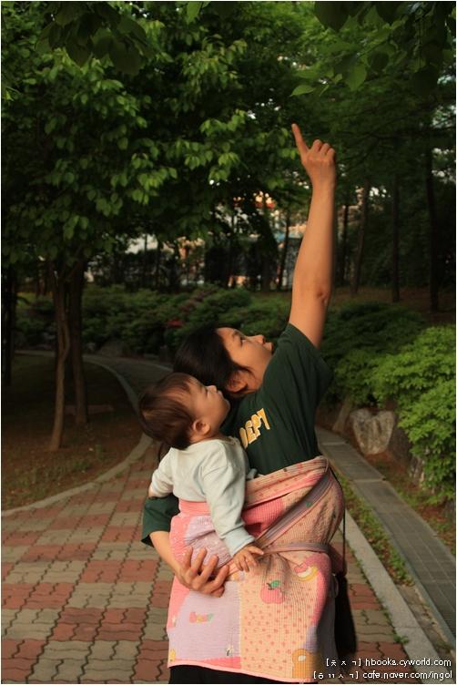 아기는 엄마 손짓과 눈짓과 말결에 따라 손짓을 하고 눈짓을 하고 옹알이를 합니다. 옆에서 이 모습을 함께 지켜보기에 이 사진 한 장 찍을 수 있습니다.