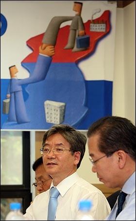 김영탁 통일부 개성공단사업지원단장이 19일 오후 서울 여의도 국회에서 권영세 한나라당 의원 주최로 열린 '위기의 개성공단 해법' 토론회에서 개성공단사업 현안문제에 대해 발표를 하고 있다.