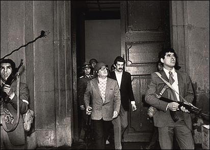 '군가의 재발견' 대목에 나오는 아옌데 대통령의 마지막 모습. 칠레 군부 쿠데타로 비극적인 최후를 맞은 그의 이야기를 읽다보면, 자연스레 다큐멘터리 '칠레전투'도 떠오른다
