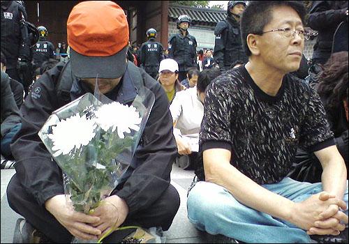23일 오후 4시. 서울 덕수궁 대한문 앞에는 노무현 전 대통령을 추모하려는 시민 200여명이 모였다.(이 사진은 2740님이 엄지뉴스로 보낸 사진입니다)