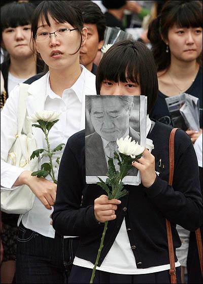 노무현 전 대통령이 서거한 23일 오후 서울 덕수궁 대한문 앞에 차려진 간이 분향소에 노 전 대통령을 추모하는 시민들의 발길이 이어지고 있다.