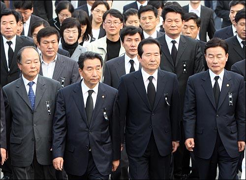 노무현 전 대통령이 서거한 가운데 23일 오후 경남 김해시 봉하마을에 마련된 빈소에 민주당 정세균 대표, 이강래 원내대표를 비롯한 의원들이 조문하기 위해 도착하고 있다.