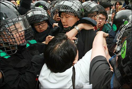 노무현 전 대통령 서거 소식을 접한 시민들이 23일 오후 서울 덕수궁 대한문 앞에 간이 분향소를 마련한 가운데 경찰이 추모행렬을 막고 나서 시민들과 몸싸움을 벌이고 있다.