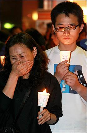 노무현 전 대통령이 서거한 23일 저녁 서울 덕수궁 대한문 앞에 차려진 간이 분향소에 노 전 대통령을 추모하는 시민들의 발길이 이어지고 있다.