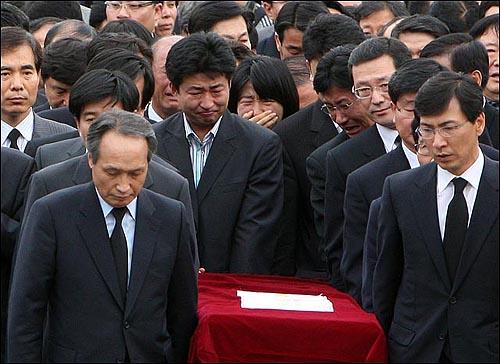 노무현 전 대통령이 서거한 23일 오후 경남 김해시 봉하마을에 노 전 대통령의 아들 건호씨와 정연씨가 운구행렬을 따르며 오열하고 있다.