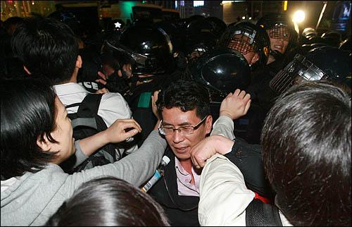 23일 밤 서울 덕수궁 대한문 앞에 마련된 노무현 전 대통령 임시 분향소를 찾은 추모행렬이 분향소를 에워싼 경찰에 항의하며 몸싸움을 벌이고 있다.