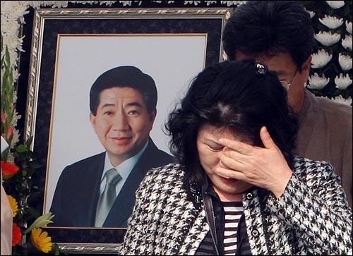 노무현 전 대통령 서거 이틀째인 24일 오전 경남 김해시 봉하마을에 마련된 임시분향소에서 한 시민이 조문을 마치고 나오며 슬퍼하고 있다.