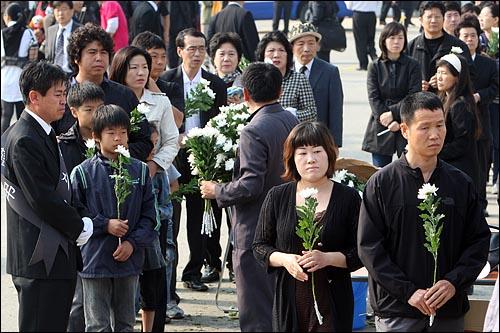 노무현 전 대통령 서거 이틀째인 24일 오전 경남 김해시 봉하마을에 마련된 임시분향소에서 시민들이 조문을 하기 위해 줄을 서서 기다리고 있다.