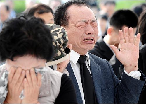 노무현 전 대통령이 서거한 가운데 24일 오전 경남 김해시 봉하마을회관 앞에 마련된 임시분향소를 찾은 추모객들이 오열하고 있다.
