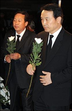 임태희 한나라당 의원이 24일 새벽 노무현 전 대통령 빈소가 마련된 경남 김해 봉하마을 마을회관을 찾아 조문하고 있다.
