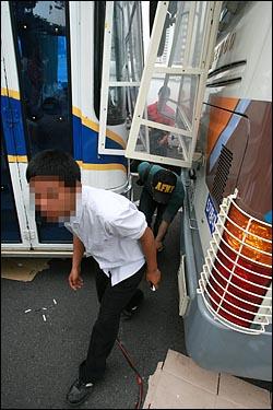 24일 오후 고 노무현 전 대통령 임시분향소가 마련된 서울 덕수궁 주변을 경찰이 수십대의 경찰버스로 차벽을 설치하자, 시민들이 경찰버스 사이 틈으로 힘들게 지나다니고 있다.