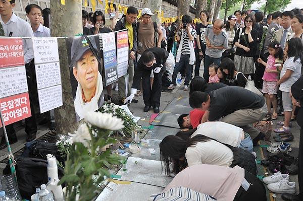 故 노무현 전 대통령 서거 이틀째인 24일 오후. 임시 분향소가 마련된 서울 덕수궁 대한문 인근에서 추모객들이 절을 올리고 있다.