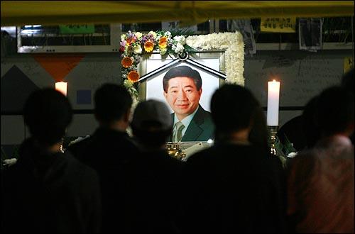 24일 밤 고 노무현 전 대통령 분향소가 마련된 서울 덕수궁앞에서 시민들이 조문을 하고 있다.