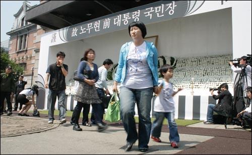 25일 오전, 서울역 앞 노무현 전 대통령 국민장 분향소에서 한 어린이가 분향을 마치고 엄마와 함께 나오고 있다.