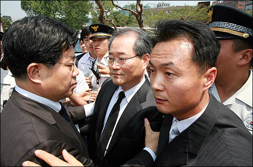 25일 오전 서울역사박물관에 마련된 노무현 전 대통령 국민장 분향소를 찾은 임채진 검찰총장이 조문한 뒤 경찰 호위를 받으며 황급히 분향소를 빠져나가고 있다.