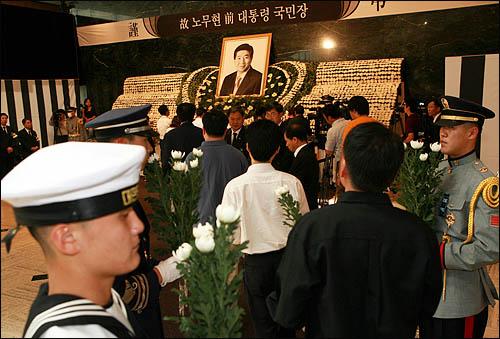 25일 서울역사박물관에 마련된 노무현 전 대통령 국민장 분향소에 노 전 대통령을 추모하는 시민들의 발길이 이어지고 있다.