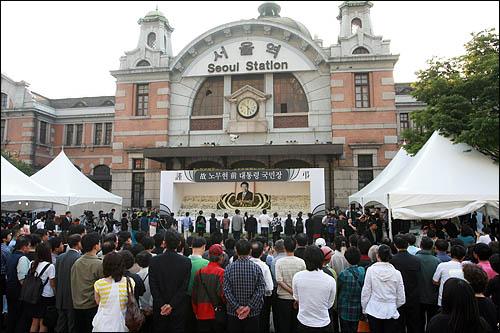 25일 서울역에 마련된 노무현 전 대통령 국민장 분향소에 노 전 대통령을 추모하는 시민들의 발길이 이어지고 있다.