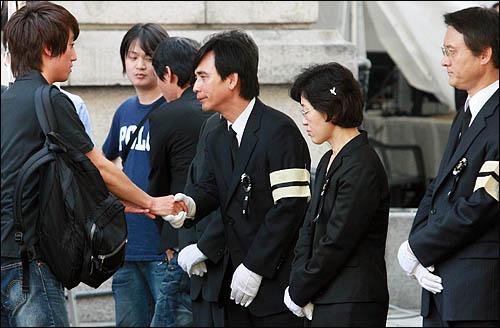 25일 서울역에 마련된 노무현 전 대통령 국민장 분향소에서 유시민 전 보건복지부 장관이 조문객들을 맞고 있다.