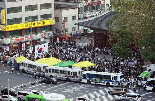 25일 서울 덕수궁 대한문 앞에 마련된 노무현 전 대통령 분향소에 노 전 대통령을 추모하는 시민들의 발길이 끊이지 않고 있는 가운데, 분향소 주변을 여전히 차벽으로 에워싼 경찰의 '조문 방해'가 시민들의 분노를 사고 있다.