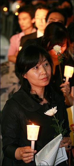 노무현 전 대통령을 추모하기 위해 25일 밤 서울 덕수궁 대한문 앞 분향소를 찾은 시민들이 촛불을 들고 덕수궁 돌담길을 따라 줄지어 분향 차례를 기다리고 있다.