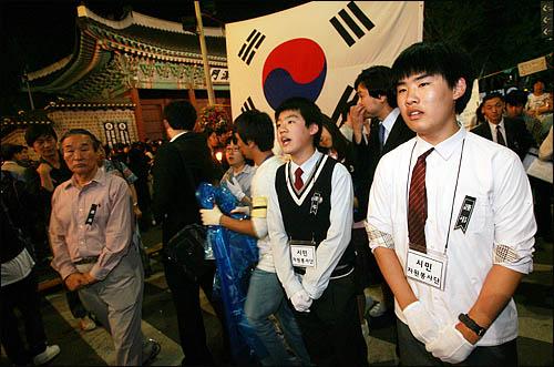 25일 밤 서울 덕수궁 대한문 앞이 노무현 전 대통령의 추모인파로 가득찬 가운데 자원봉사자로 나선 중고등 학생들이 조문행렬 안내를 도맡아 하고 있다.